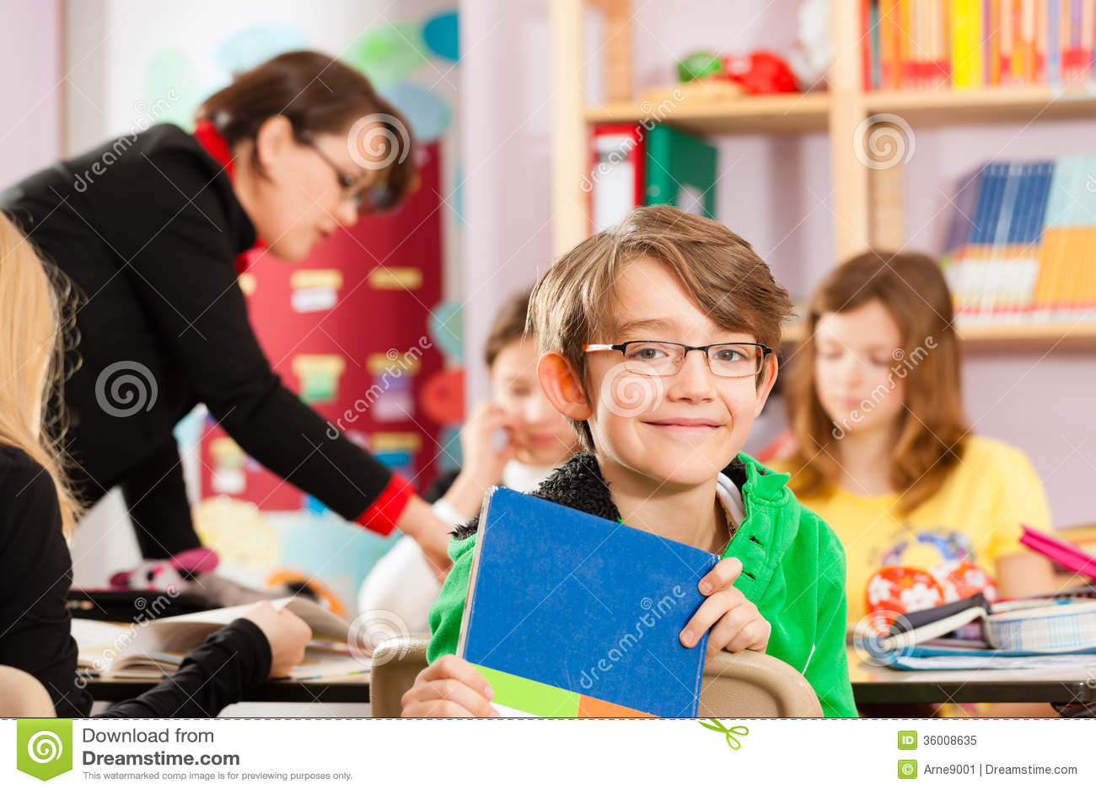 Edukacja - ucznie i nauczyciela uczenie przy szkołą