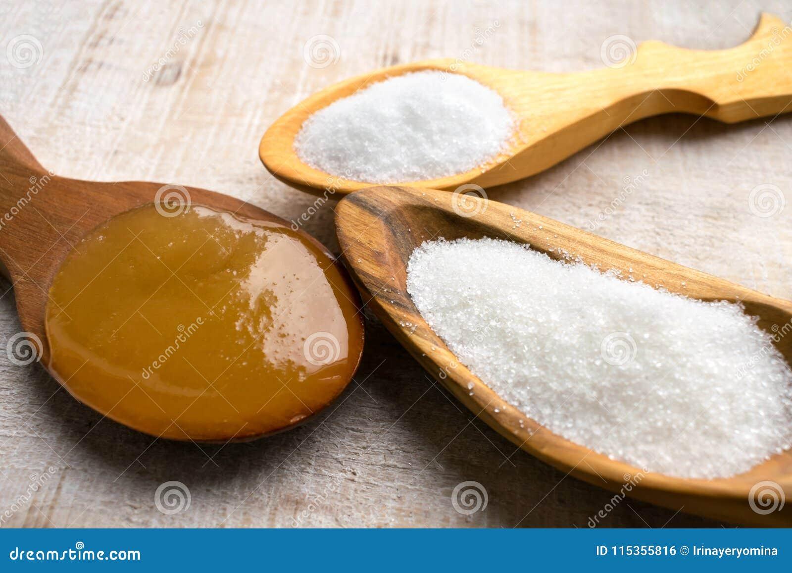Edulcorantes artificiais e Sugar Substitutes em colheres de madeira Na