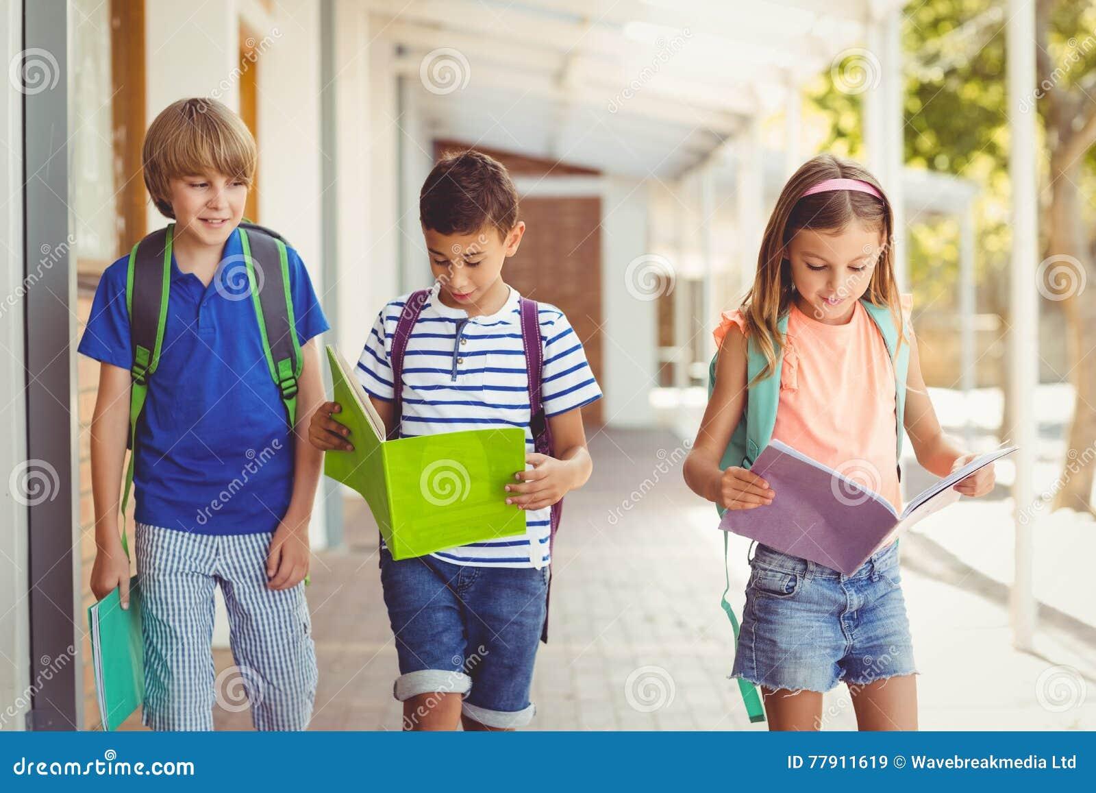 Eduque livros de leitura das crianças ao andar no corredor