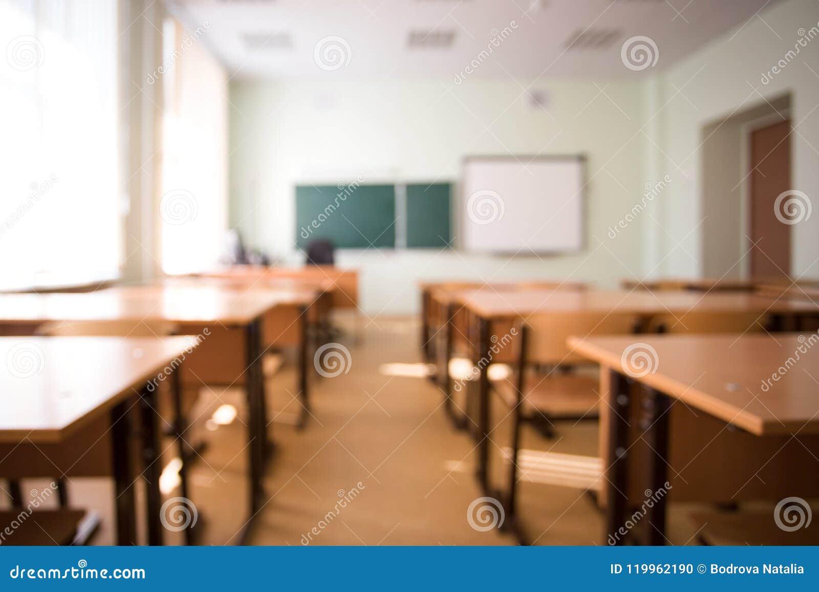 Eduque a sala de aula no fundo do borrão sem estudante novo