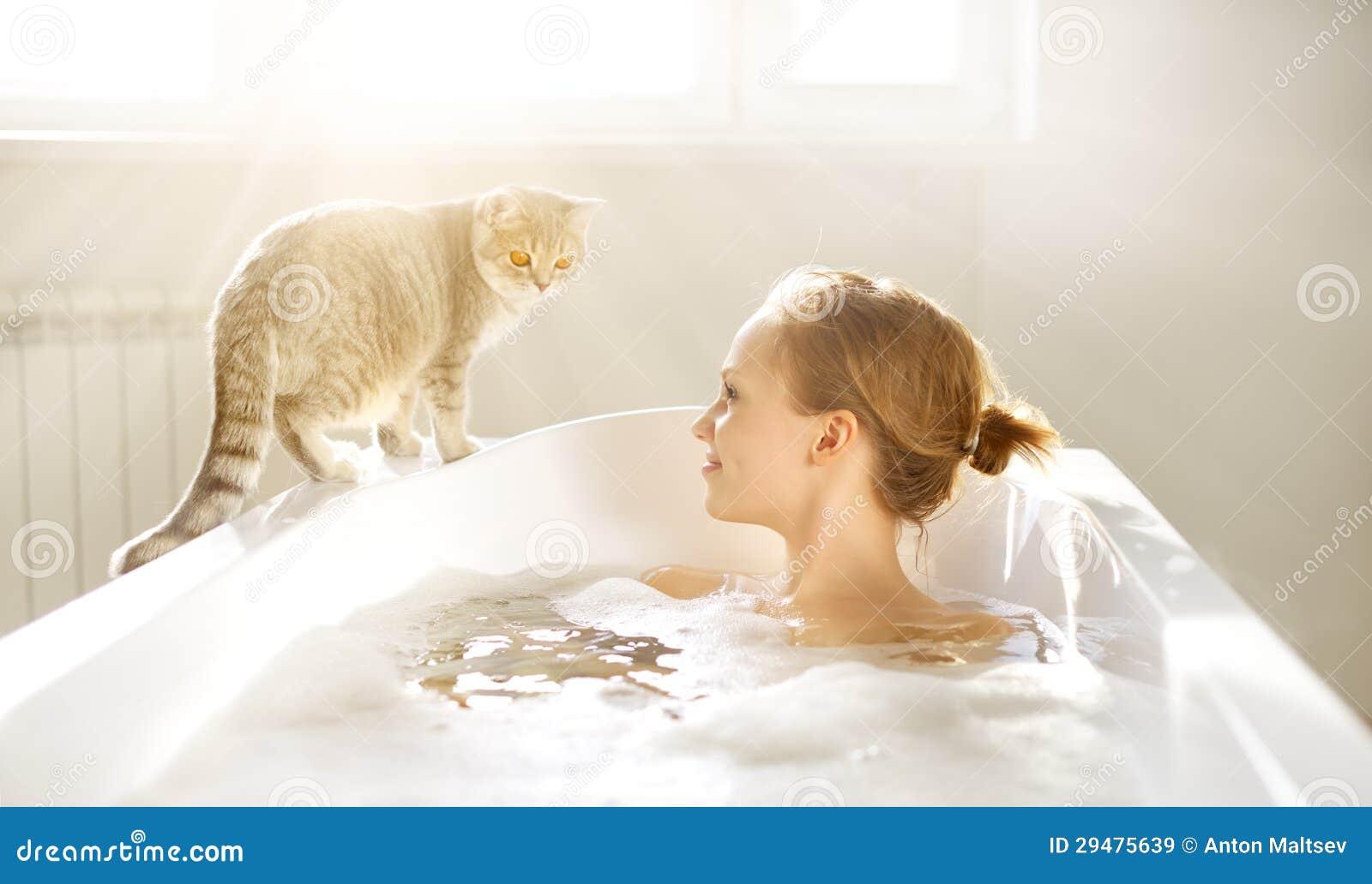 Een aantrekkelijk meisje die in bad ontspannen