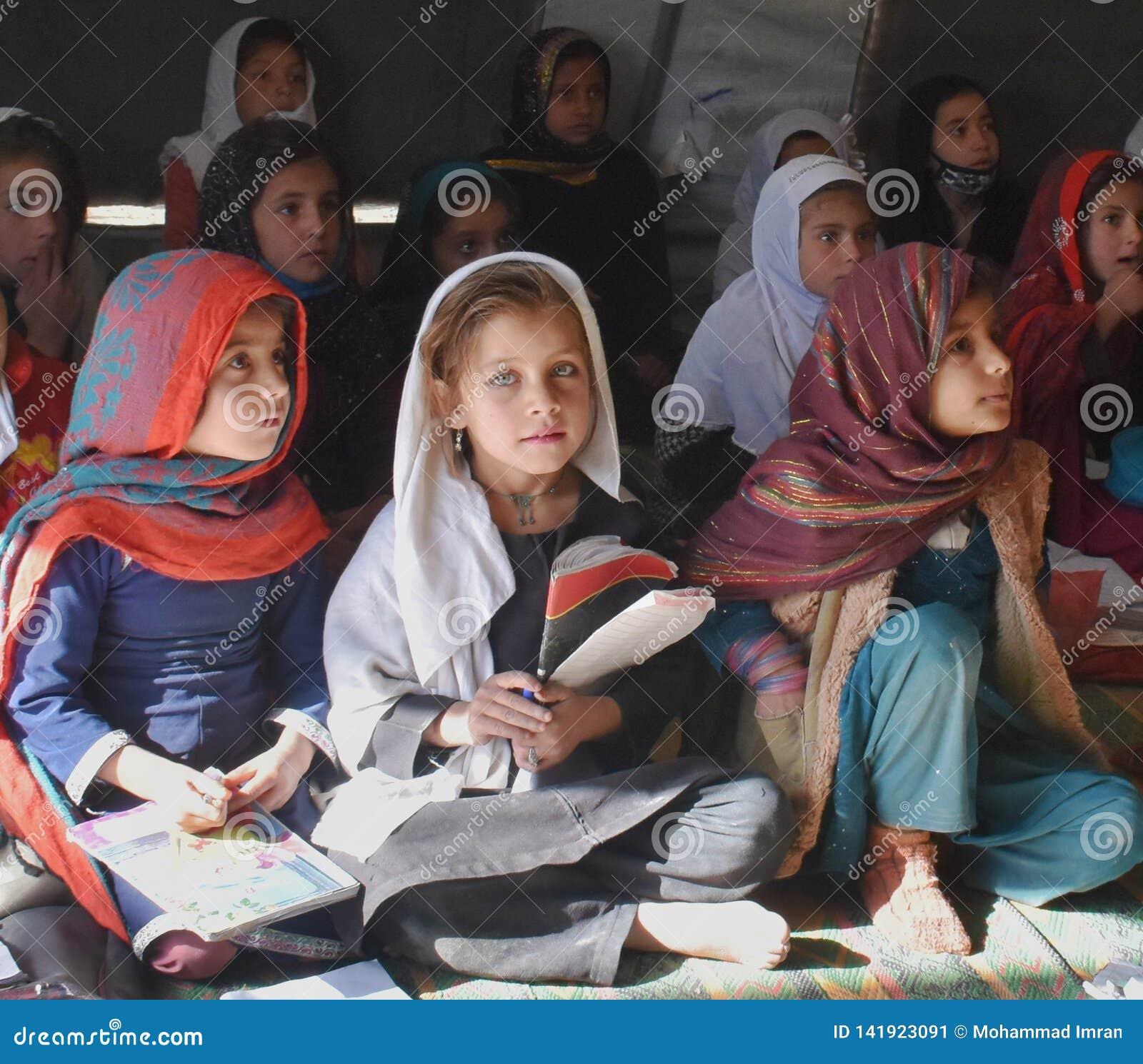 Een Afghaans meisje met aantrekkelijke ogen