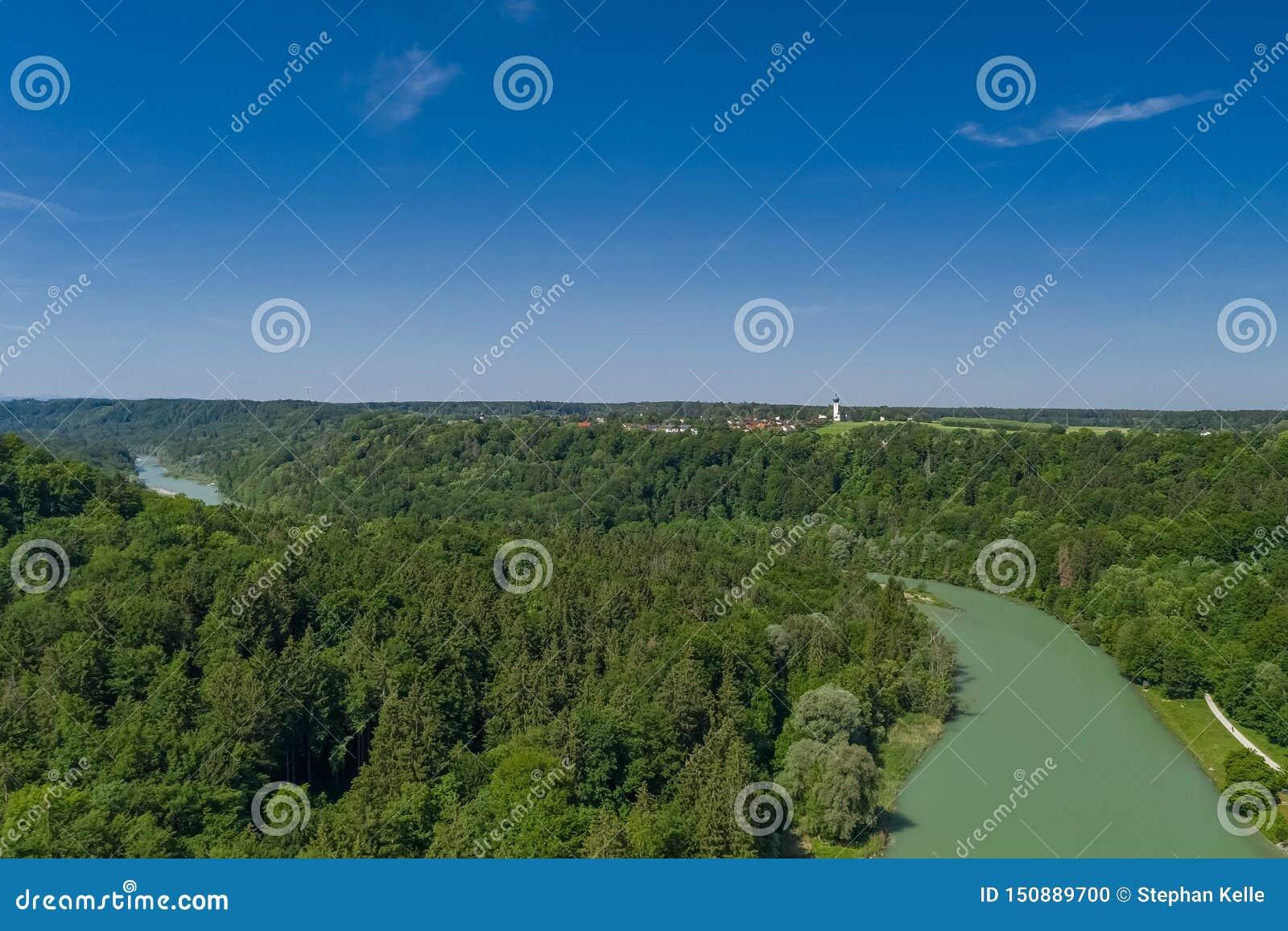 Een antenne van de Isar rivier in het Zuiden van München