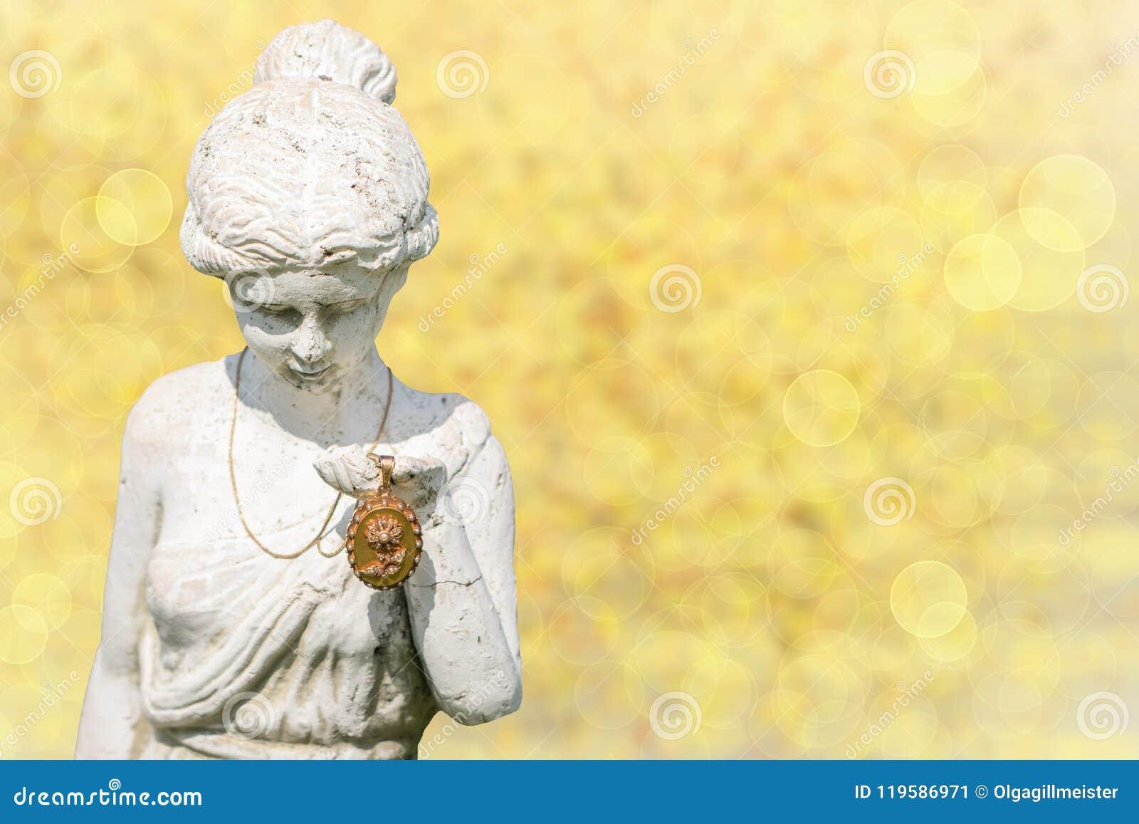 Een antiek gouden medaillon zal voorgesteld van de vrouw van het steenstandbeeld