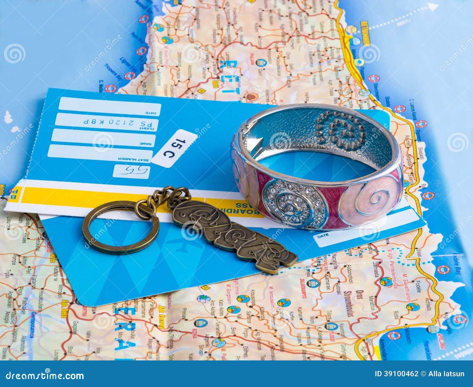 Een armband, keychain en kaartjes op de kaart.