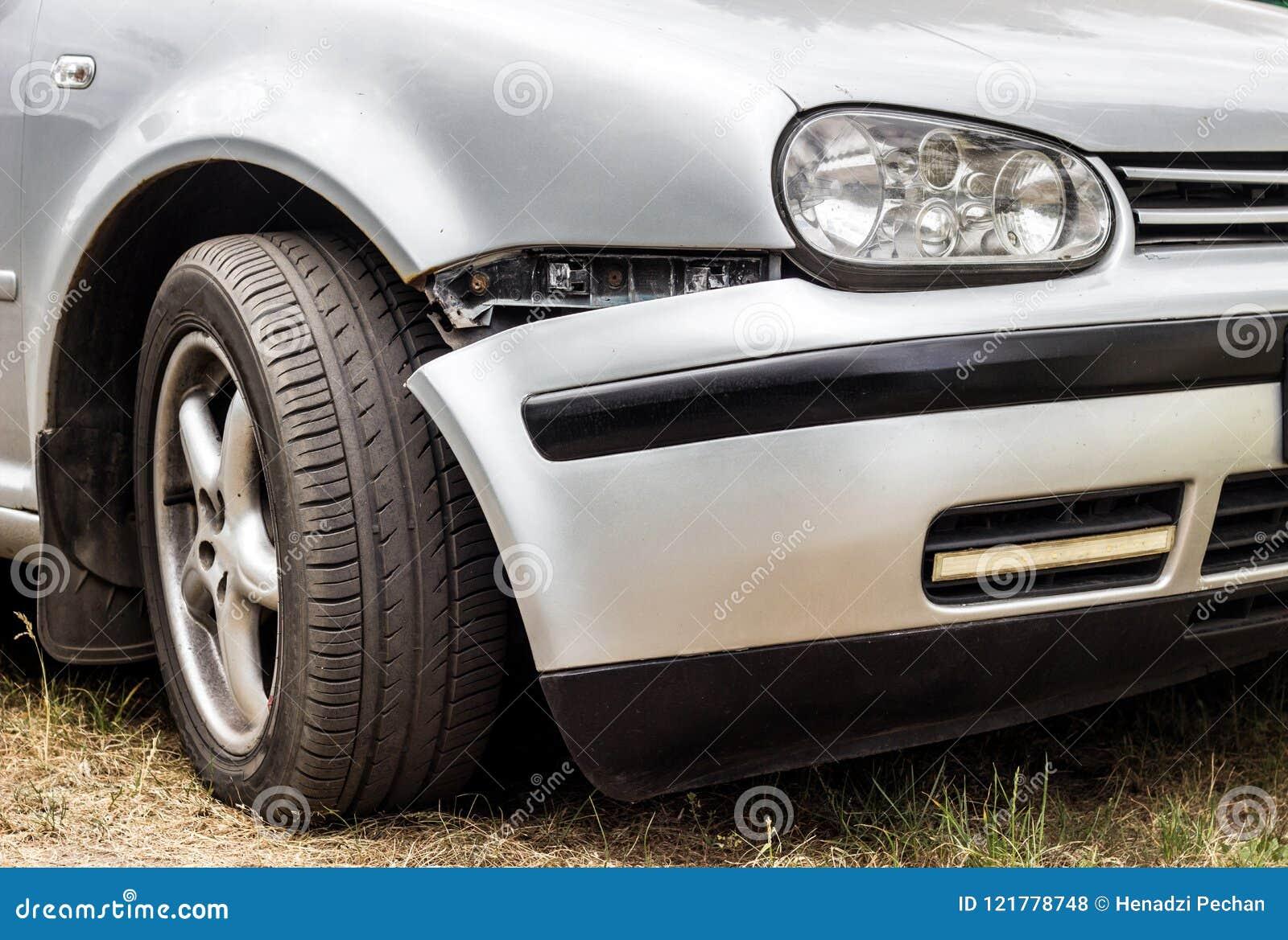 Een auto met een gebroken voorbumper, schade