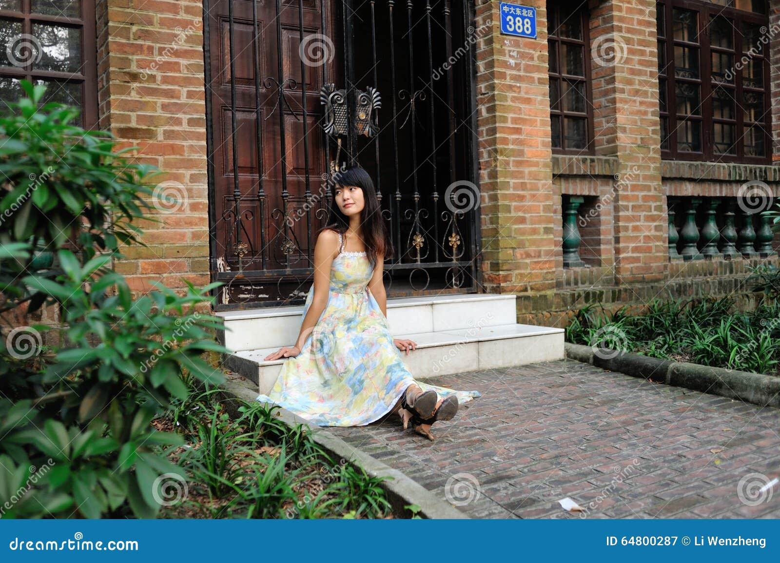Een Aziatische meisjeswandeling in het park