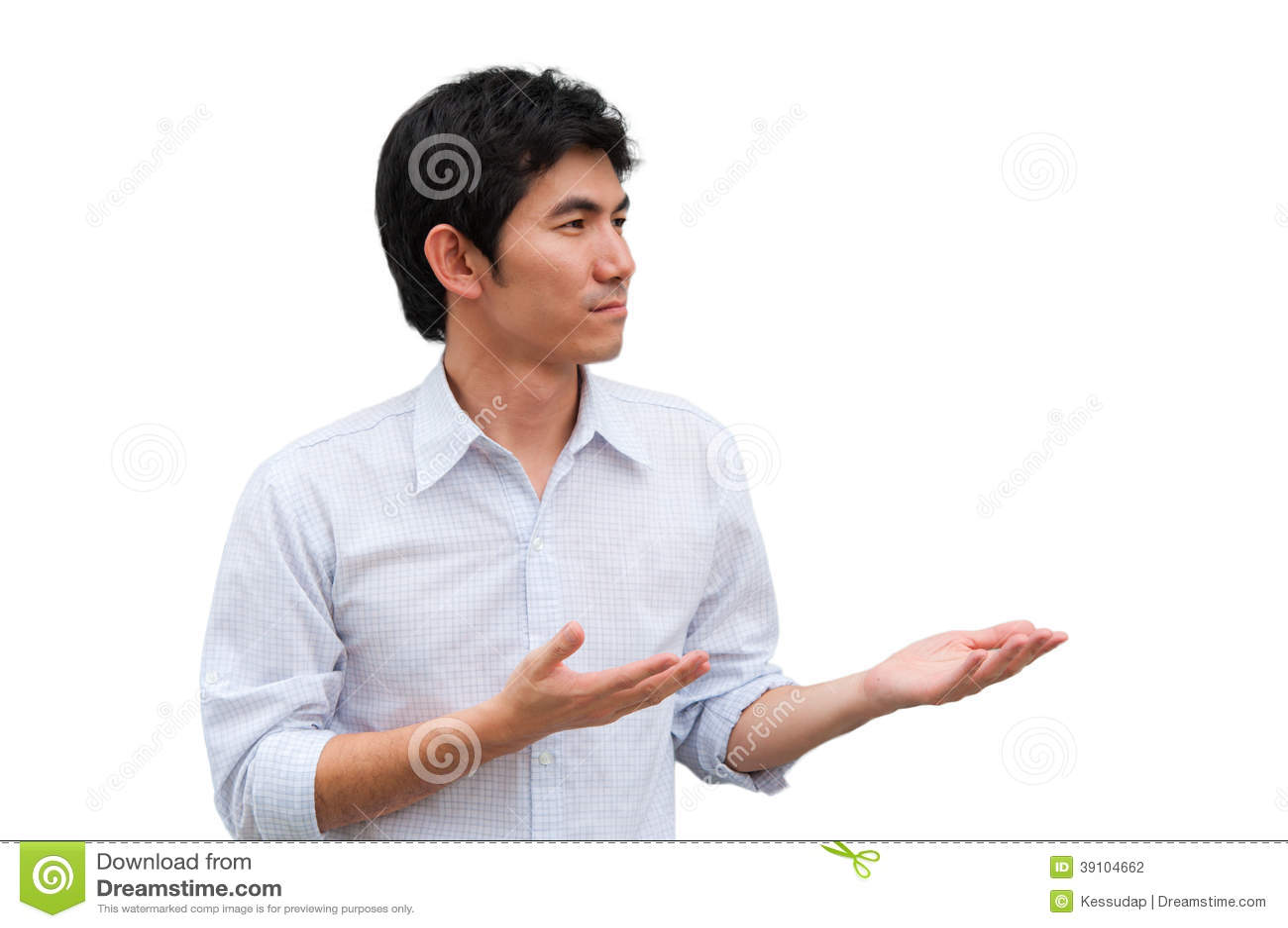 Een Aziatische mens heft zijn handen als huidig product op