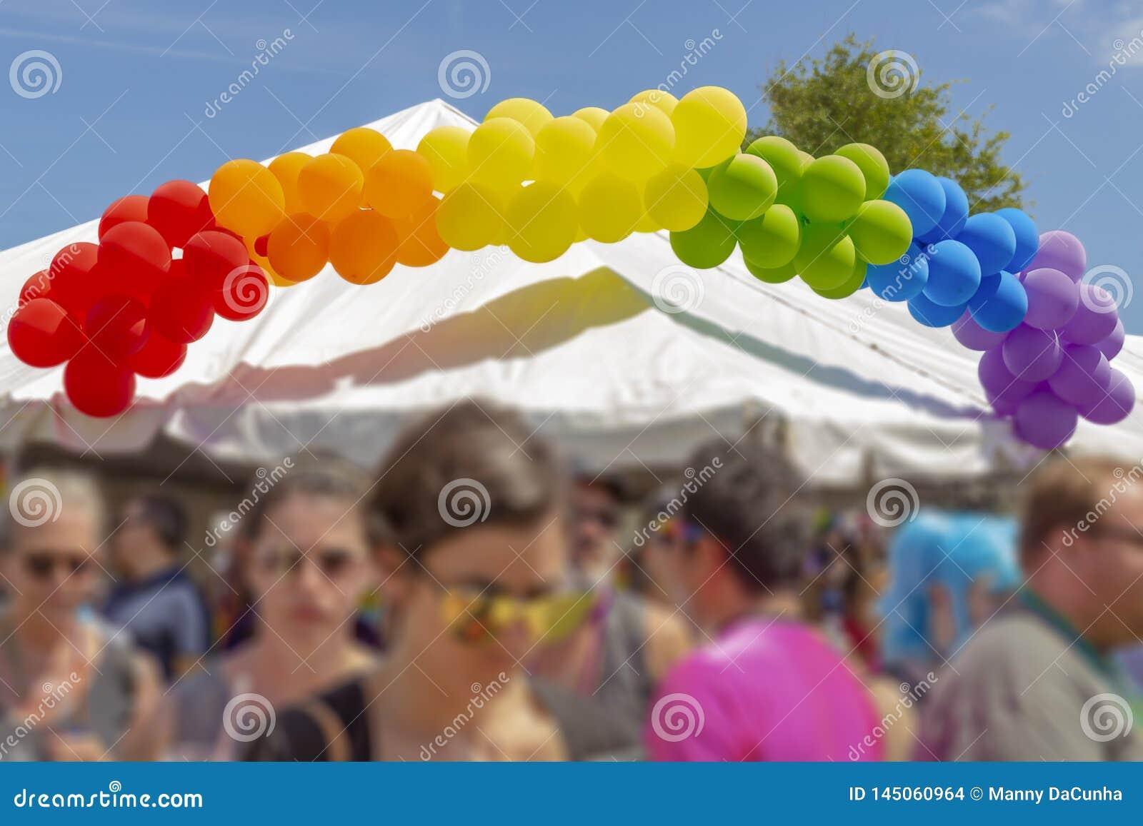 Een banner van de regenboogballon bovenop een tent in Pride Festival