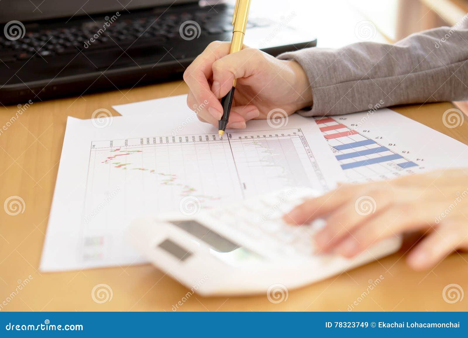 Een Bedrijfsadviseur werkt om bedrijfgegevens van grafiek te analyseren