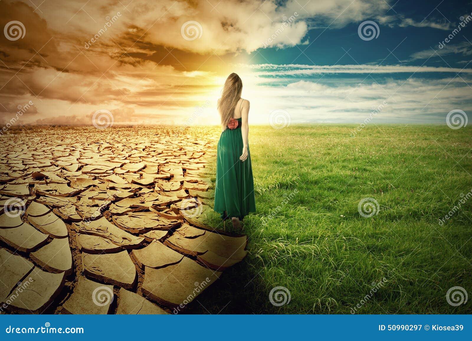 Een beeld van het klimaatveranderingconcept landschaps groen gras en droogteland stock foto - Beeld het meisje van ...