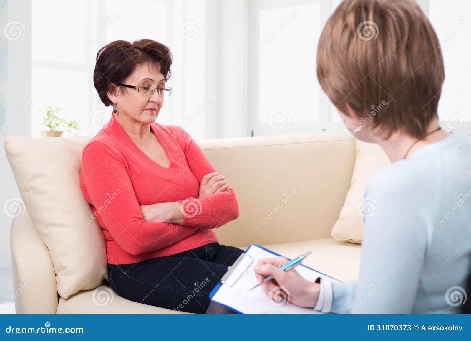Een bejaarde die aan psycholoog spreken
