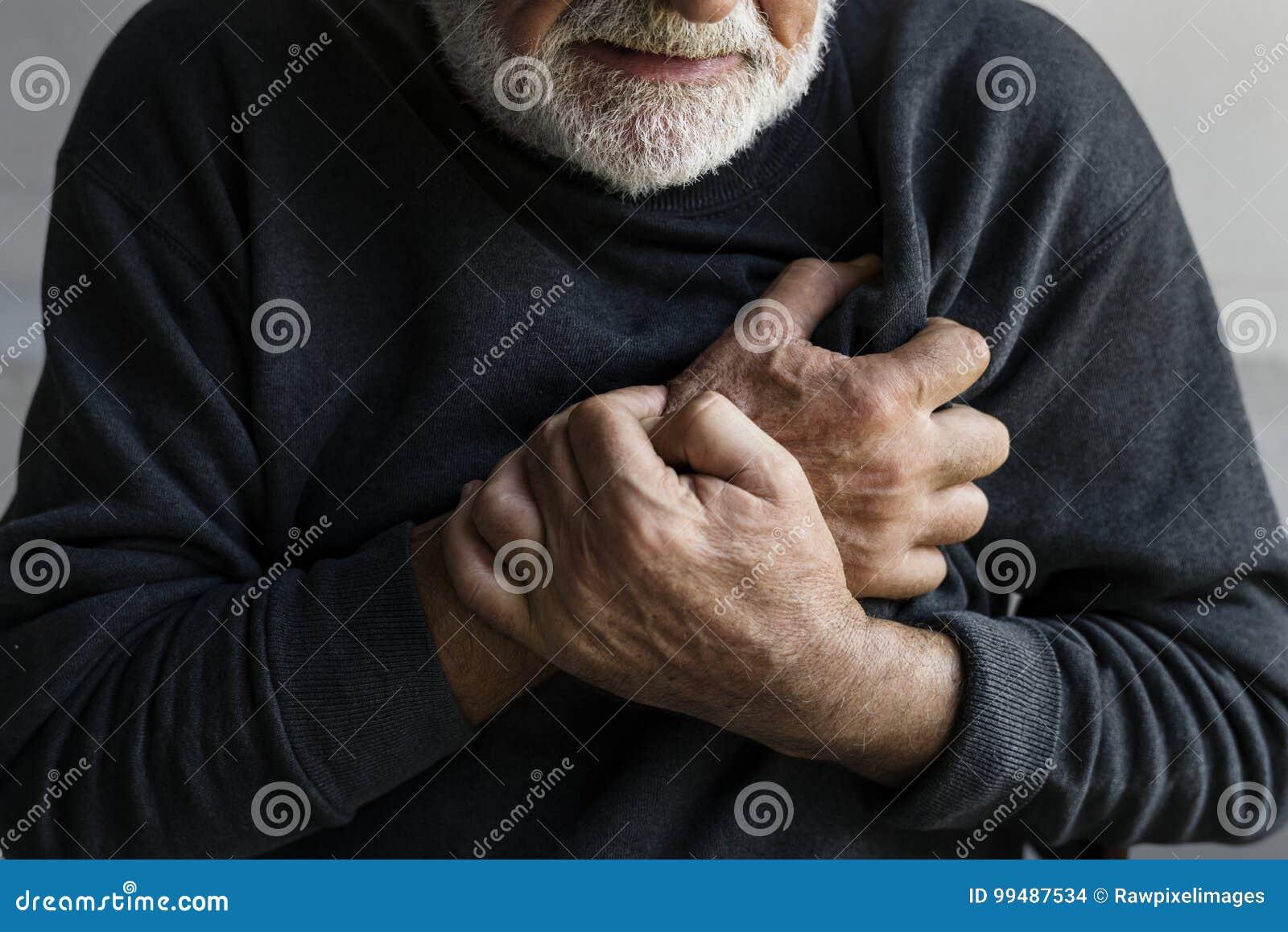 Een bejaarde heeft een hartaanval met borstpijn