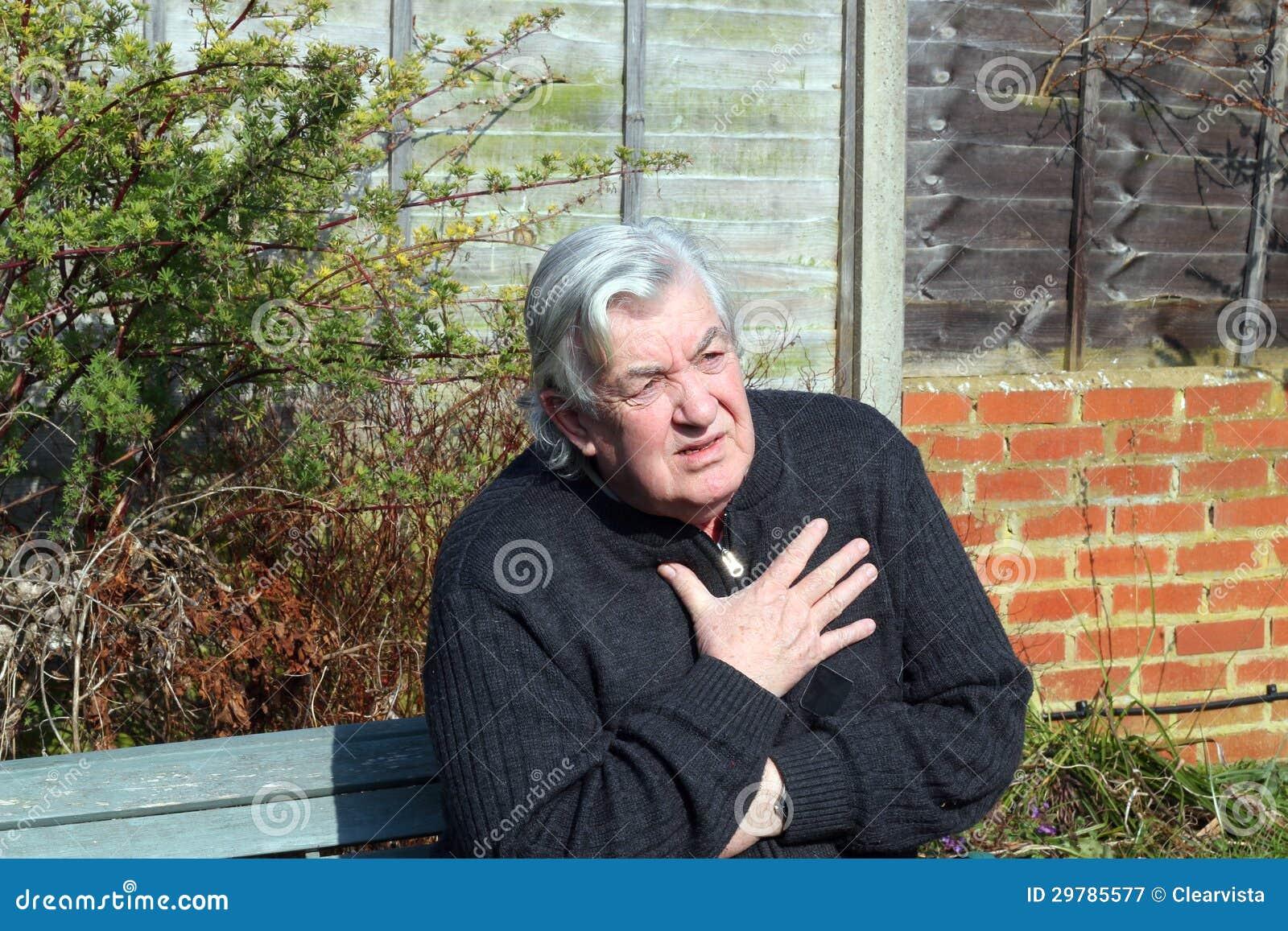 Bejaarde leiding met borstpijnen.