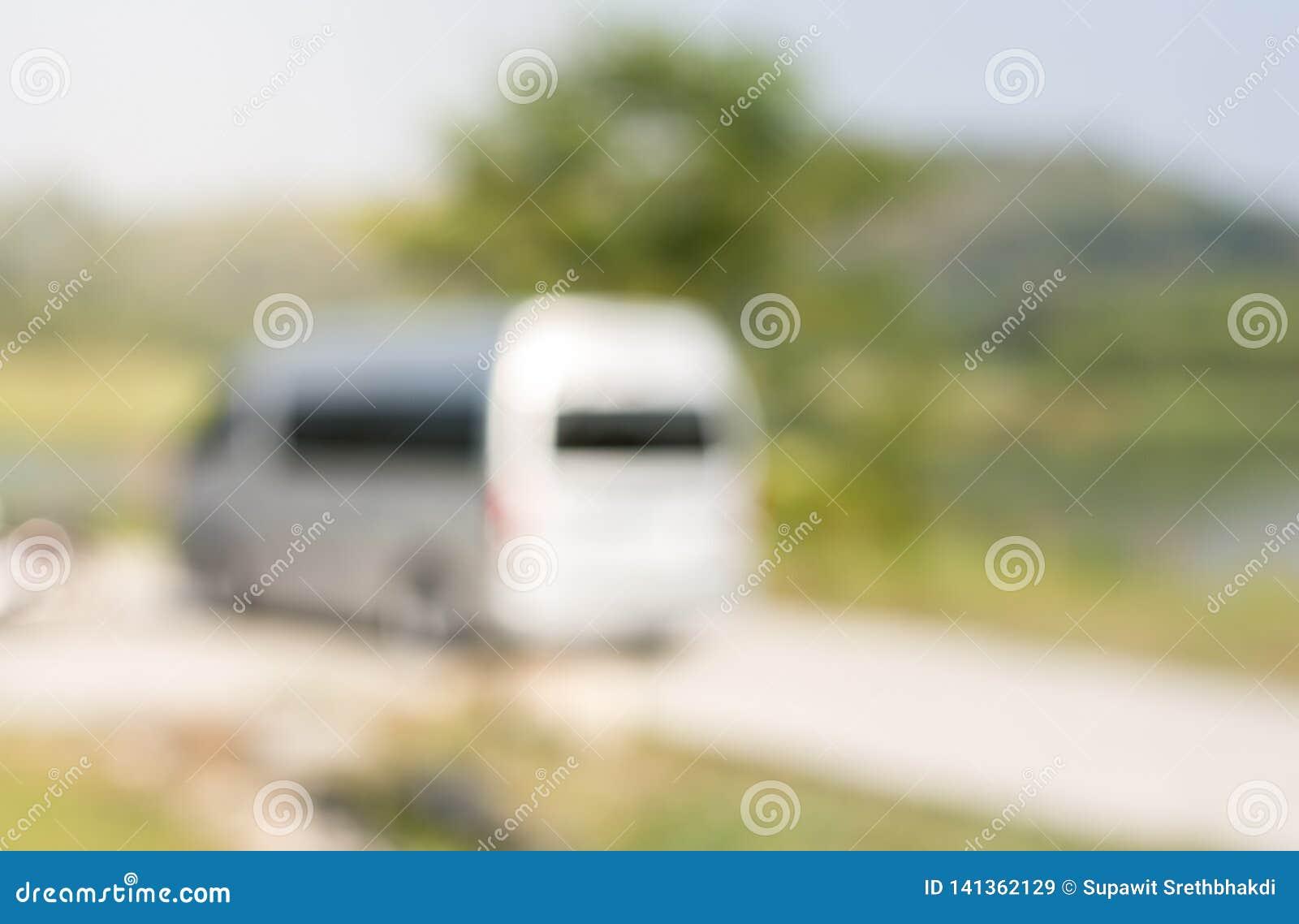 Een bestelwagenparkeren dichtbij resevoir in nationaal park en wachten voor passagiers