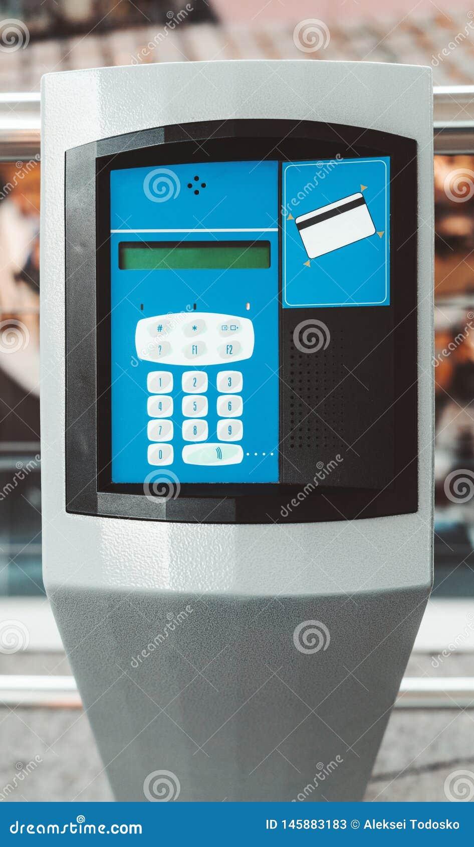 Een betalingsterminal met een intercom