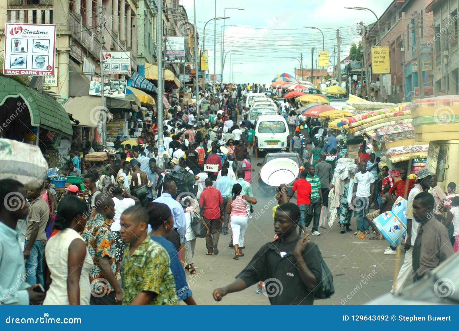 Een bezige straat in Kumasi, Ghana
