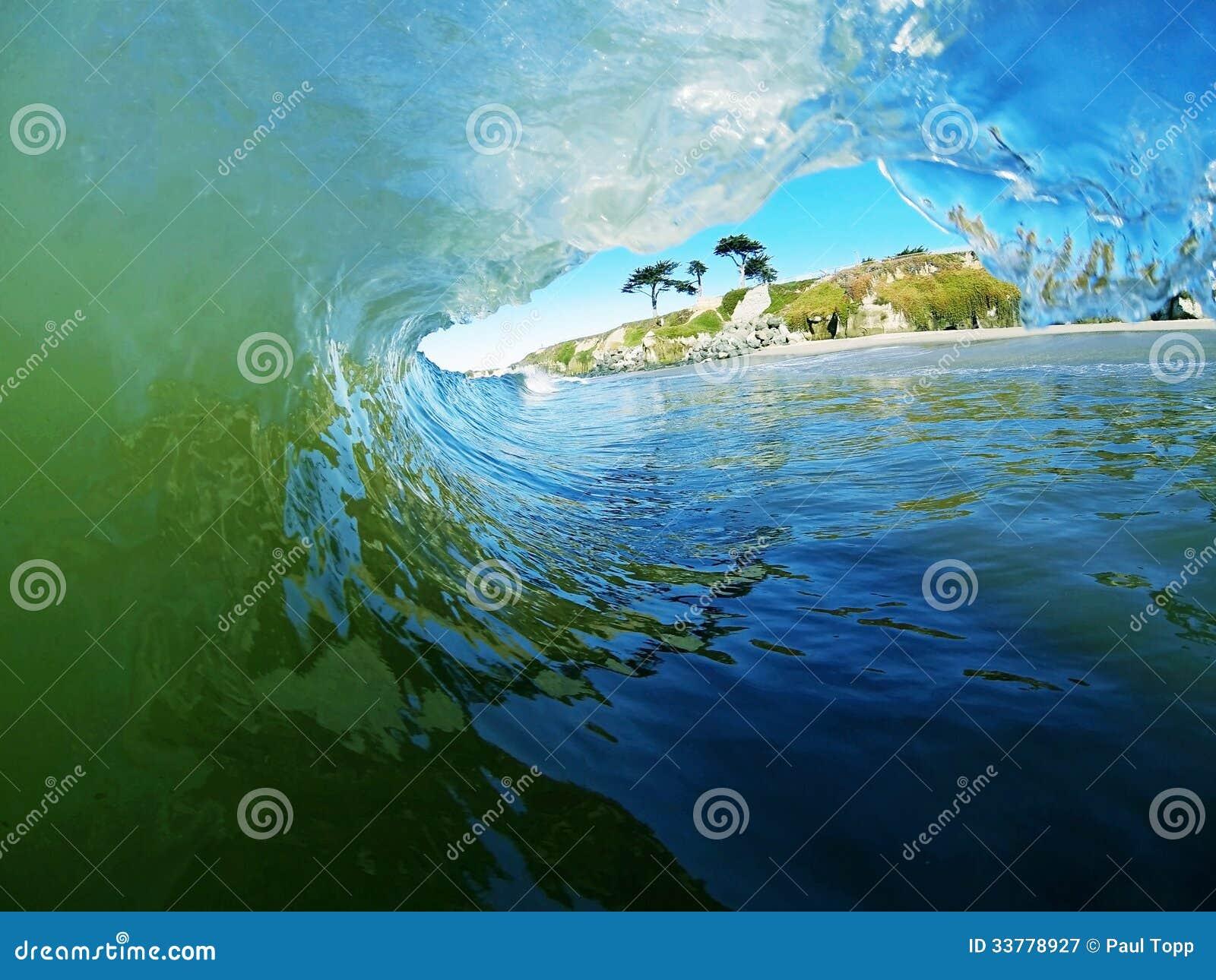 Een Blauwe en Groene Oceaangolf breekt dichtbij het Strand