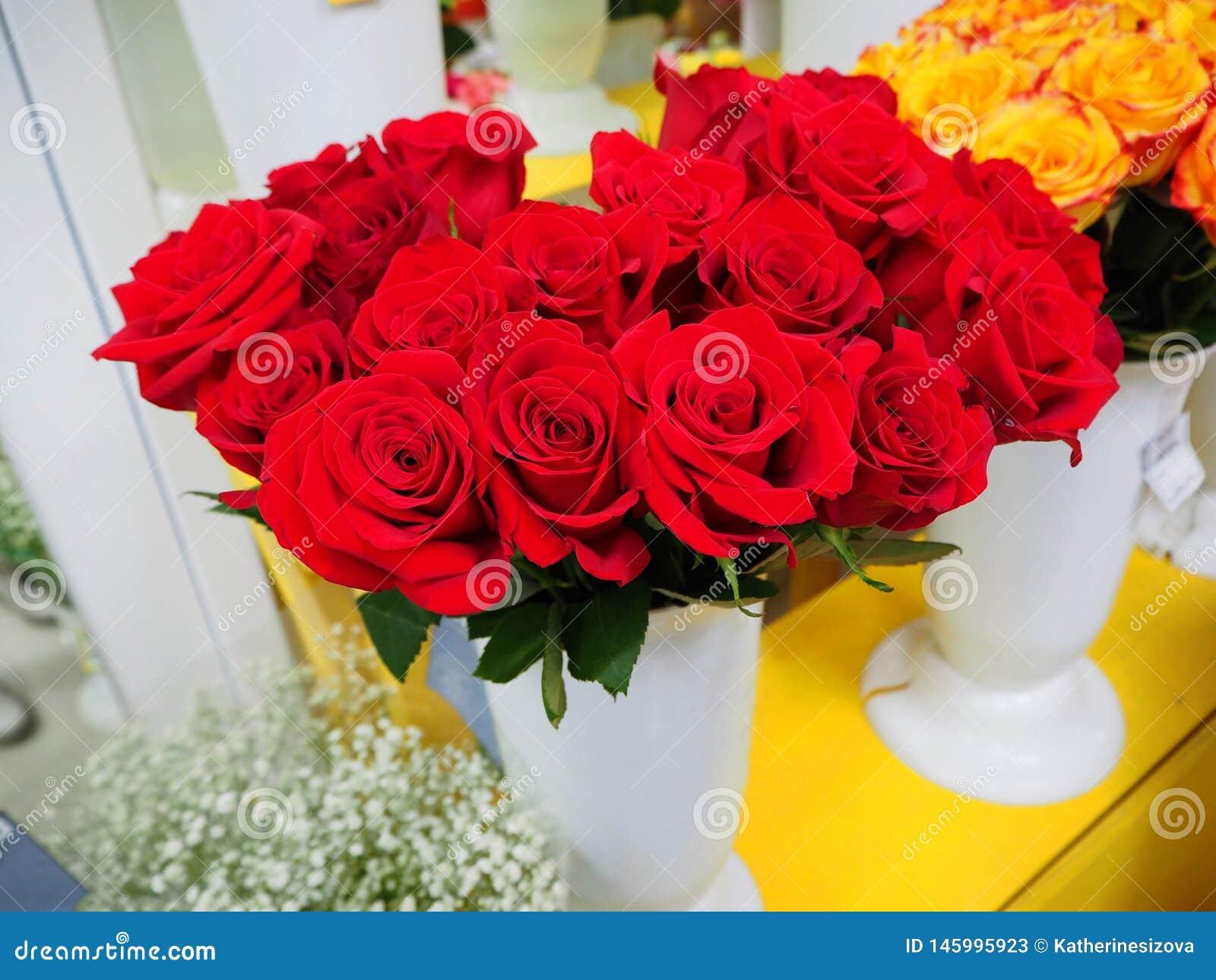 Een boeket van rode rozen in een vaas