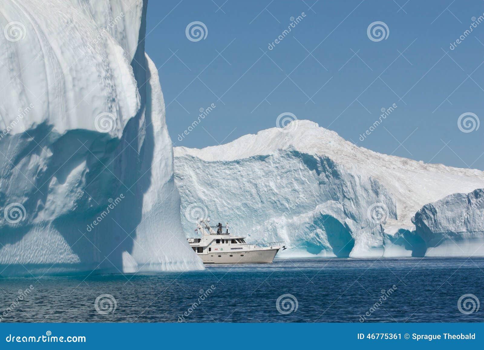 Een boot die zijn weg vinden door het Noordpoolgebied