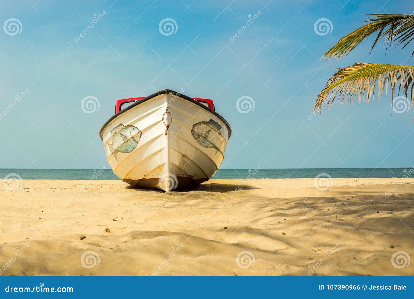 Een boot op het strand in Gambia, West-Afrika