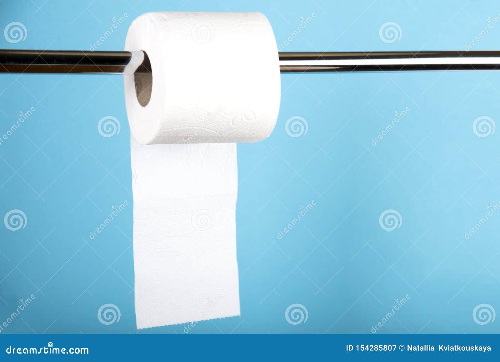Een broodje van wit toiletpapier op een gekleurde achtergrond