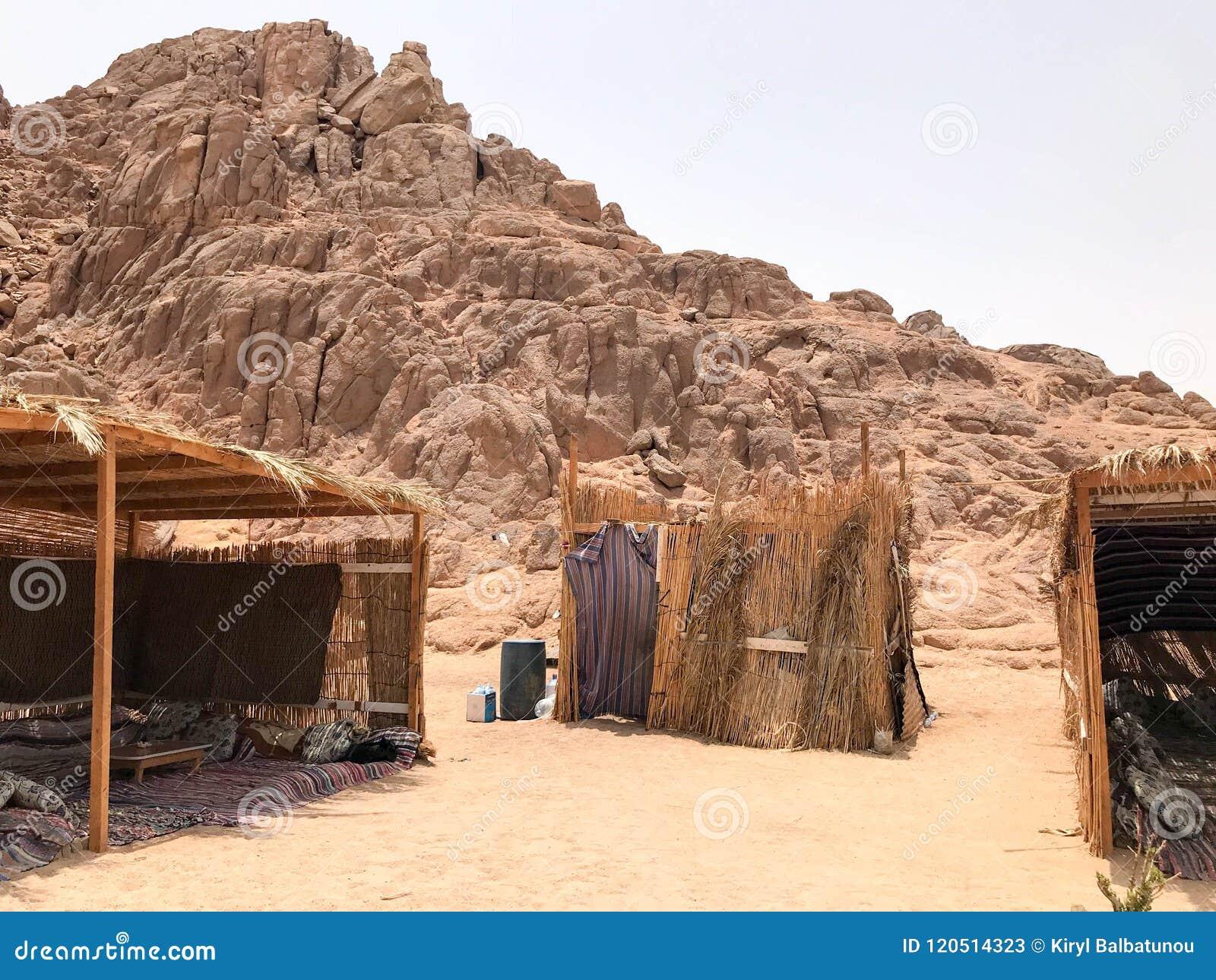 Een broze, dilapidated vervallen, breekbare, breekbare slechte die woning, een Bedouin gebouw van stro, takjes in een zandige het
