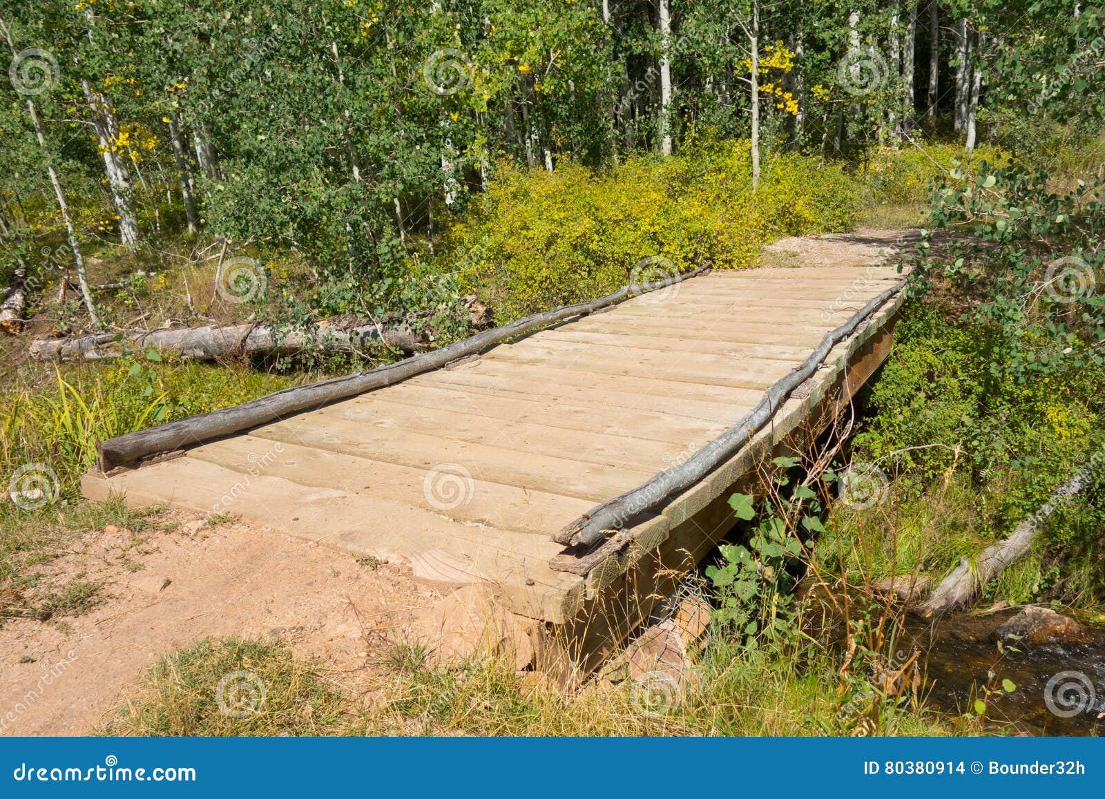 Een brug over een stroom in de woestijn