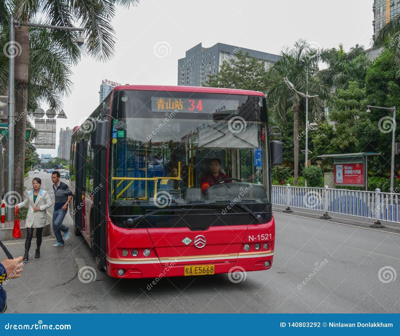 Een bus op straat van Nanning, China