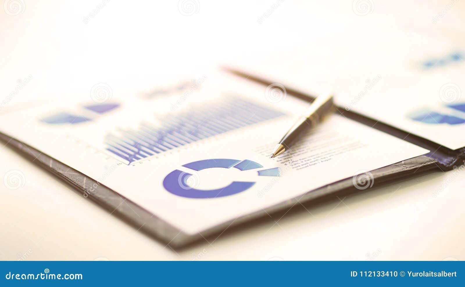 Een close-up van een bedrijfs financiële grafiek met grafieken Een pen is op bovenkant Vertegenwoordig bedrijfsuitgaven, de groei