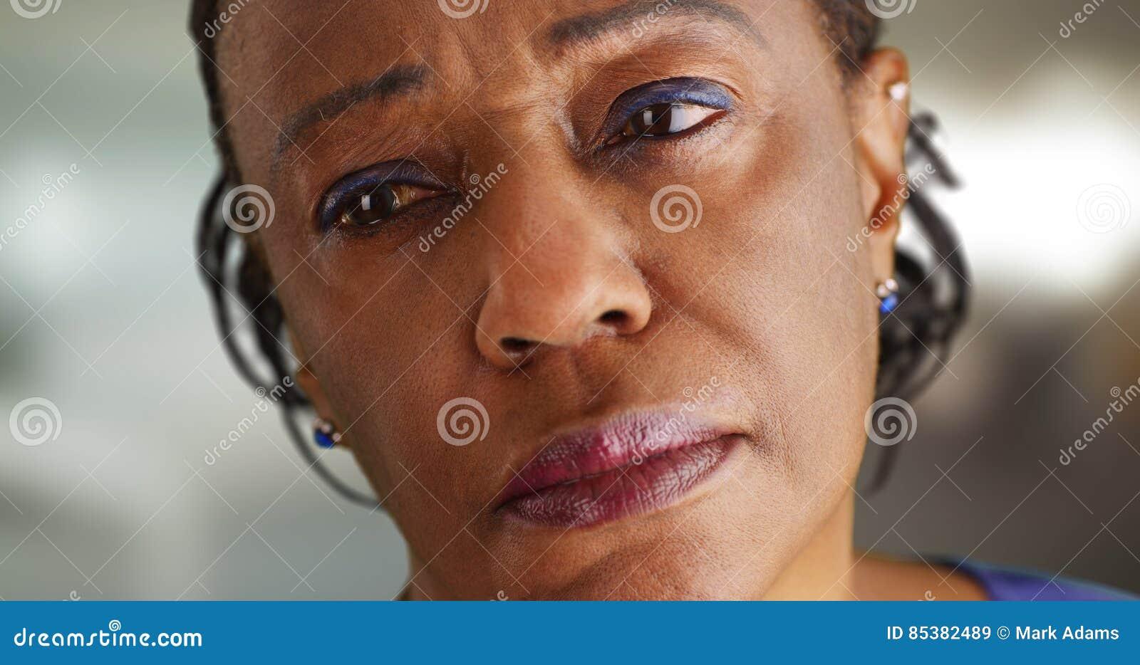 Een close-up van een bejaard zwarte die weg in de afstand droevig kijken