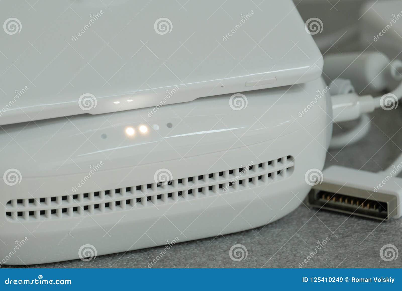 Een close-up van het deel van het witte controlebord van de hommel verbond met het laden De ruimte van het exemplaar De waarschuw