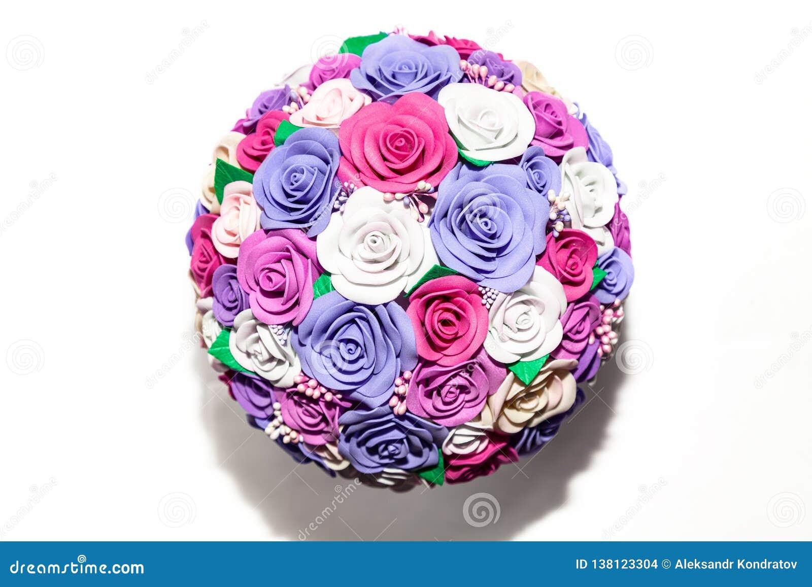 Een close-up van een romantisch kunstmatig boeket van bloemen van een lilac, roze en witte stof op een lege achtergrond is een gi