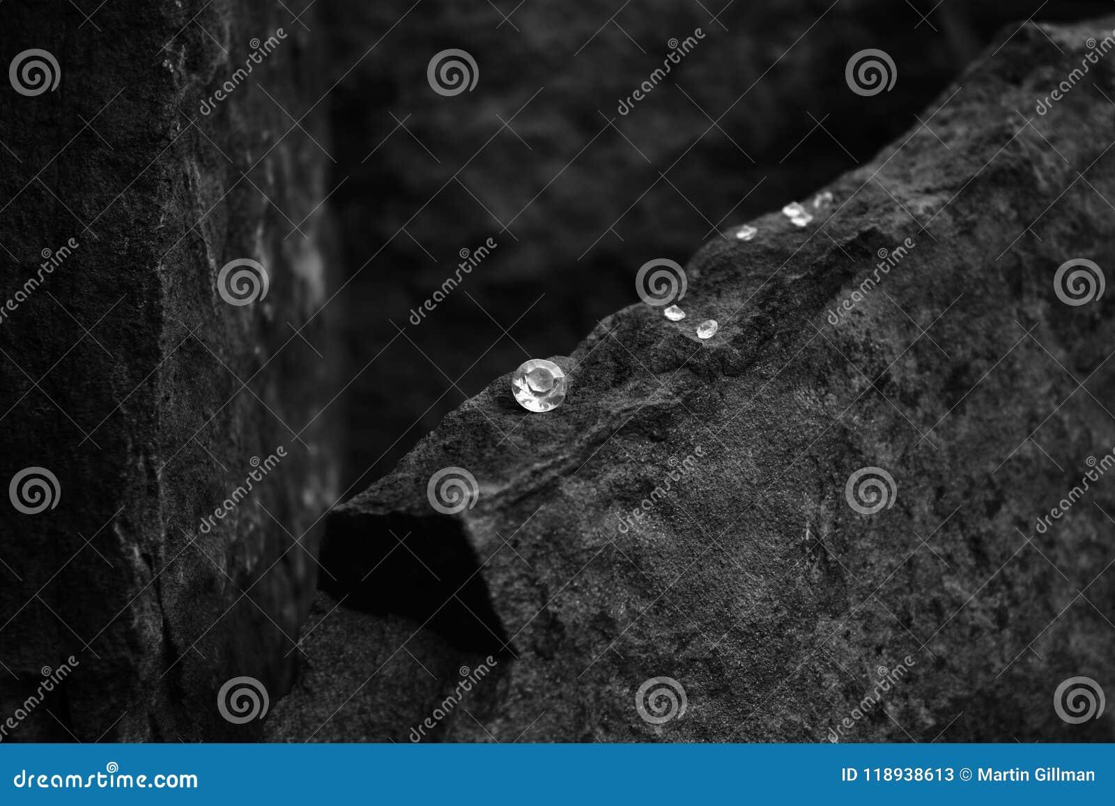 Een Close-upbeeld van Diamond Showing de Facetten van de Gem op een Rots