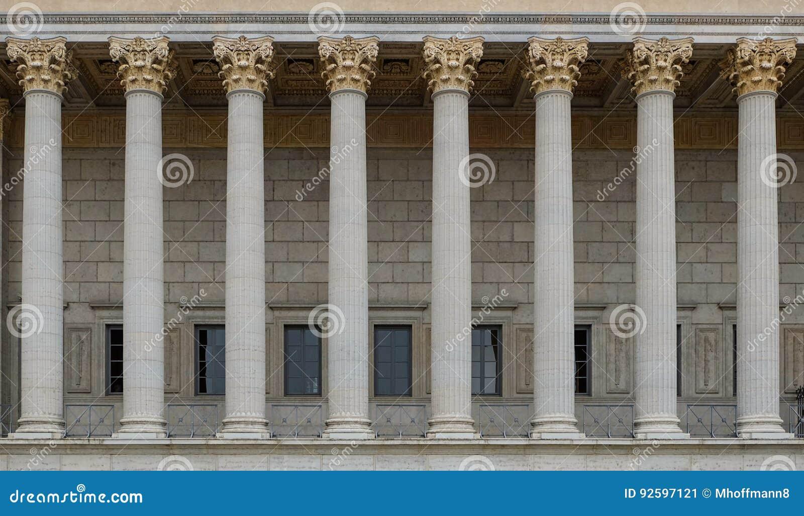 Een colonnade van een publiekrechtelijk hof Een neoklassiek gebouw met een rij van Corinthische kolommen