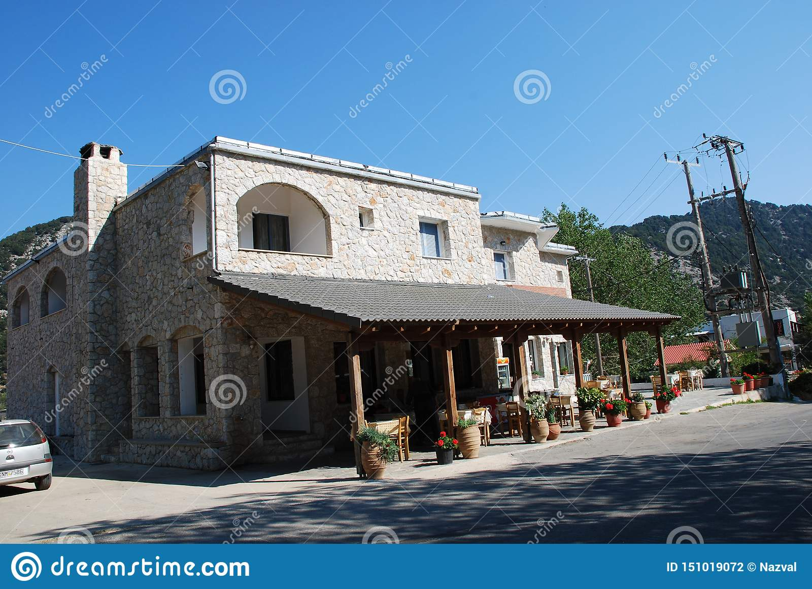 Een comfortabele koffie met een mooi ontwerp in een toevluchtstad op het Eiland Kreta