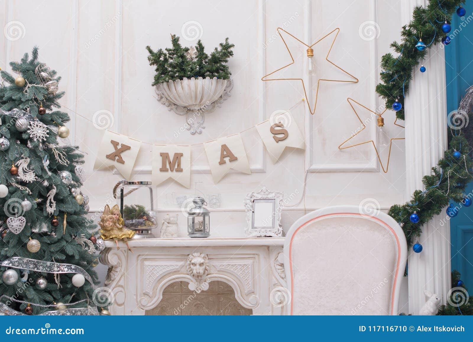 Een comfortabele woonkamer stak met talrijke lichten aan verfraaide klaar om Kerstmis te vieren Kerstmiszaal Binnenlands Ontwerp