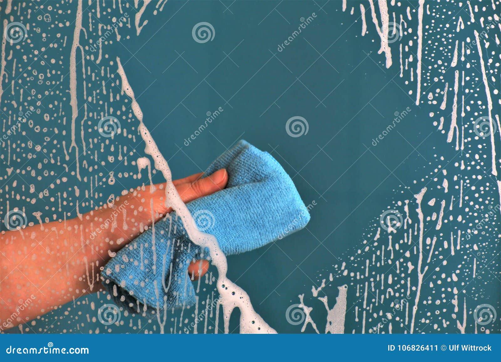 Een conceptenbeeld van het schoonmaken van een venster of een glas