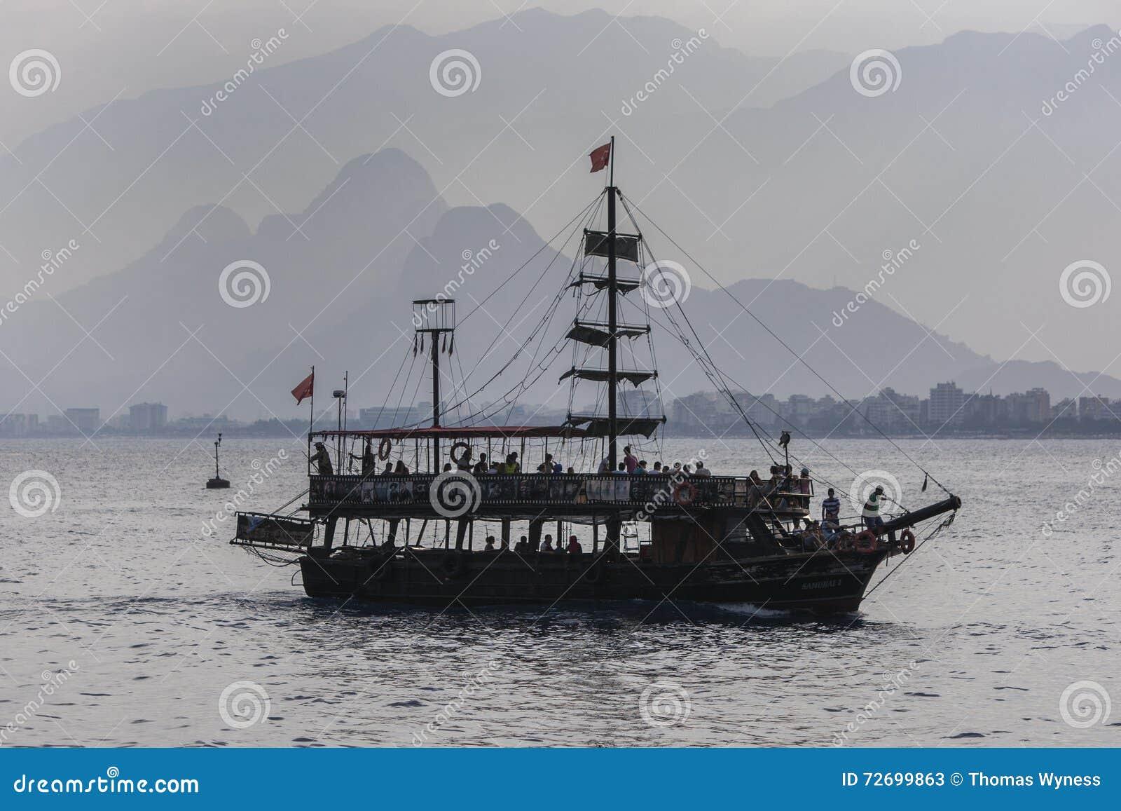 Een cruiseboot in Antalya in Turkije