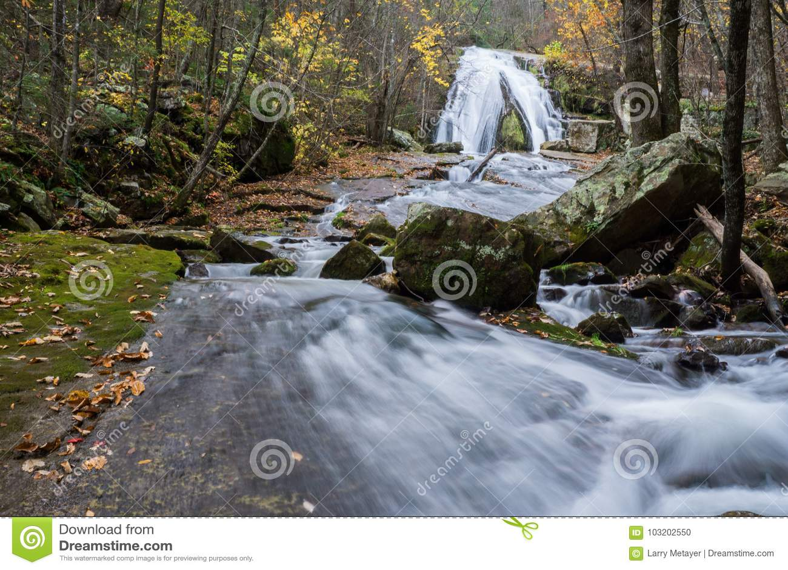 Een de herfstmening van het Gebrul van In werking gestelde die Waterval in Eagle Rock in Botetourt-Provincie, Virginia wordt geve