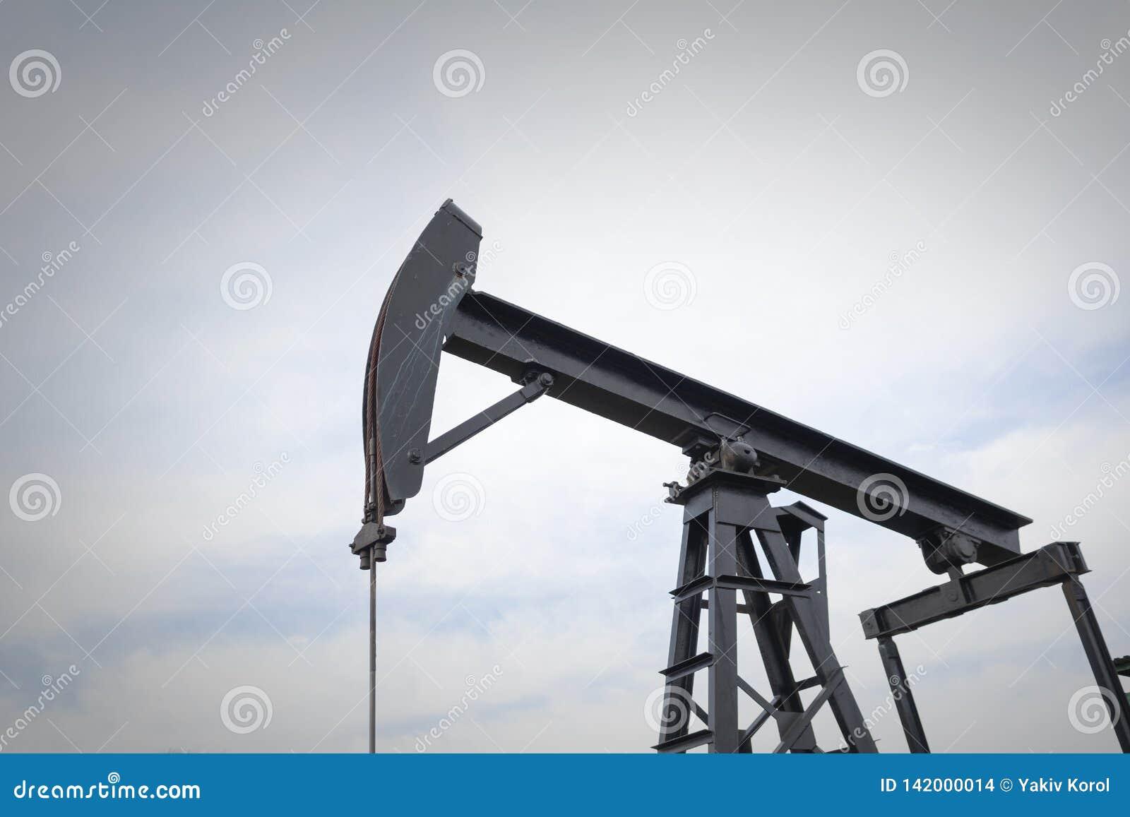 Een de pompenolie van de oliepomp in het midden van een gebied