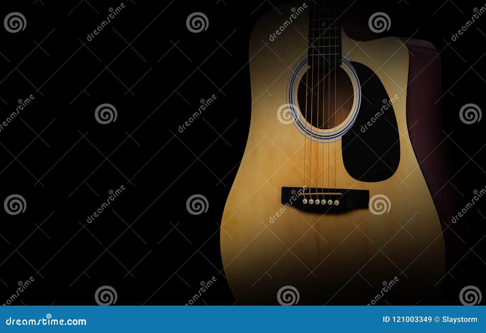 Een deel van akoestische gitaar op oude zwarte achtergrond