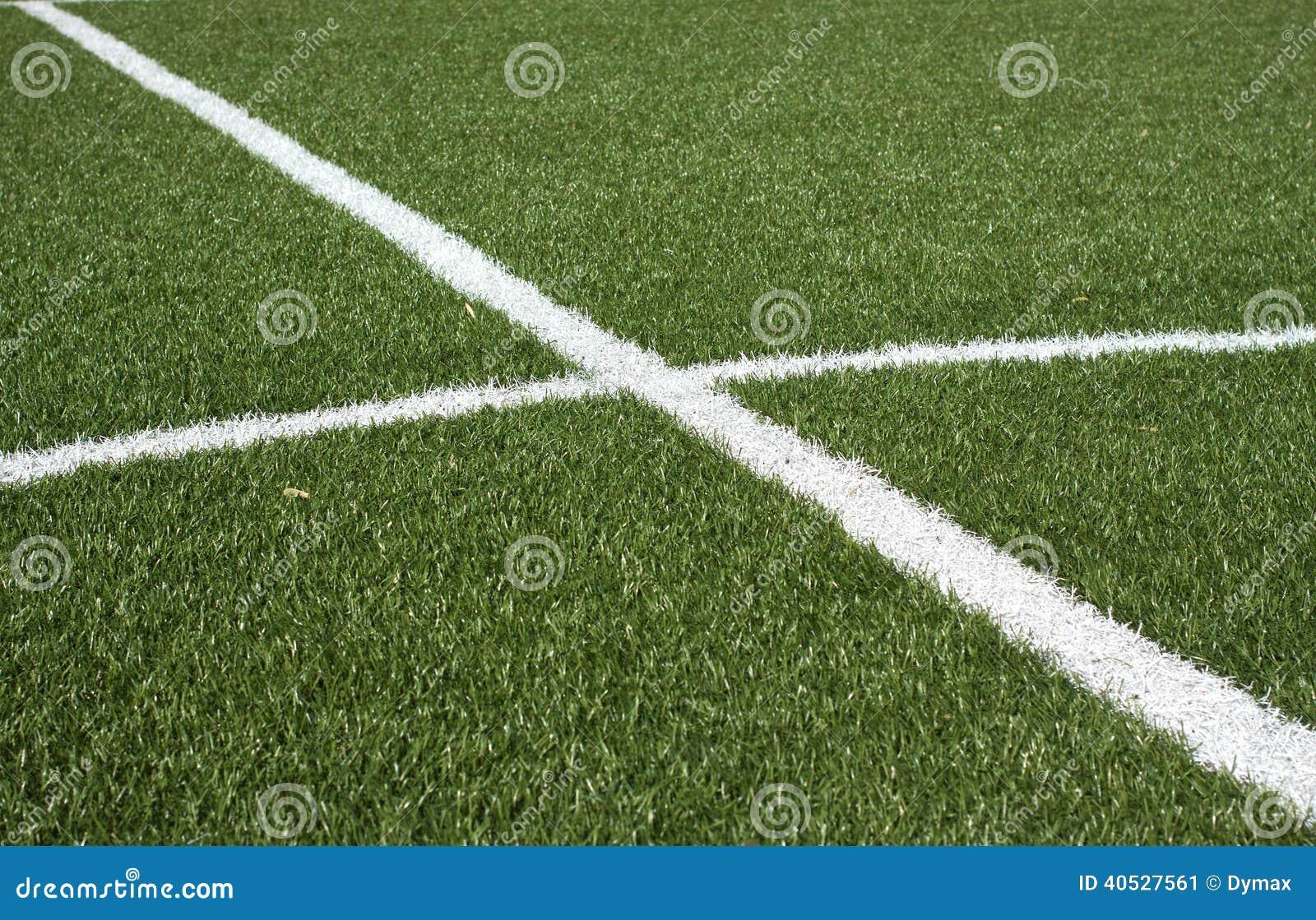Een deel van een voetbalgebied met groen synthetisch gras stock
