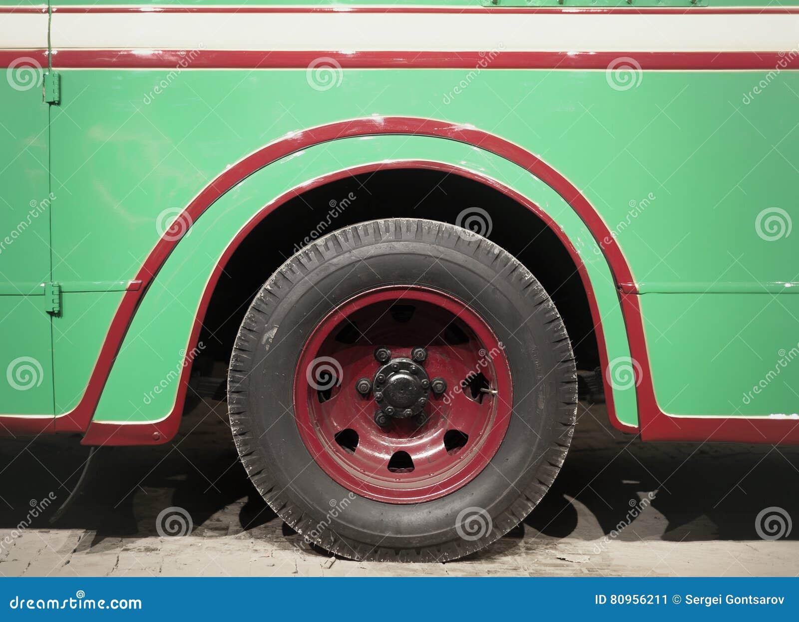 Een deel van groene retro bus