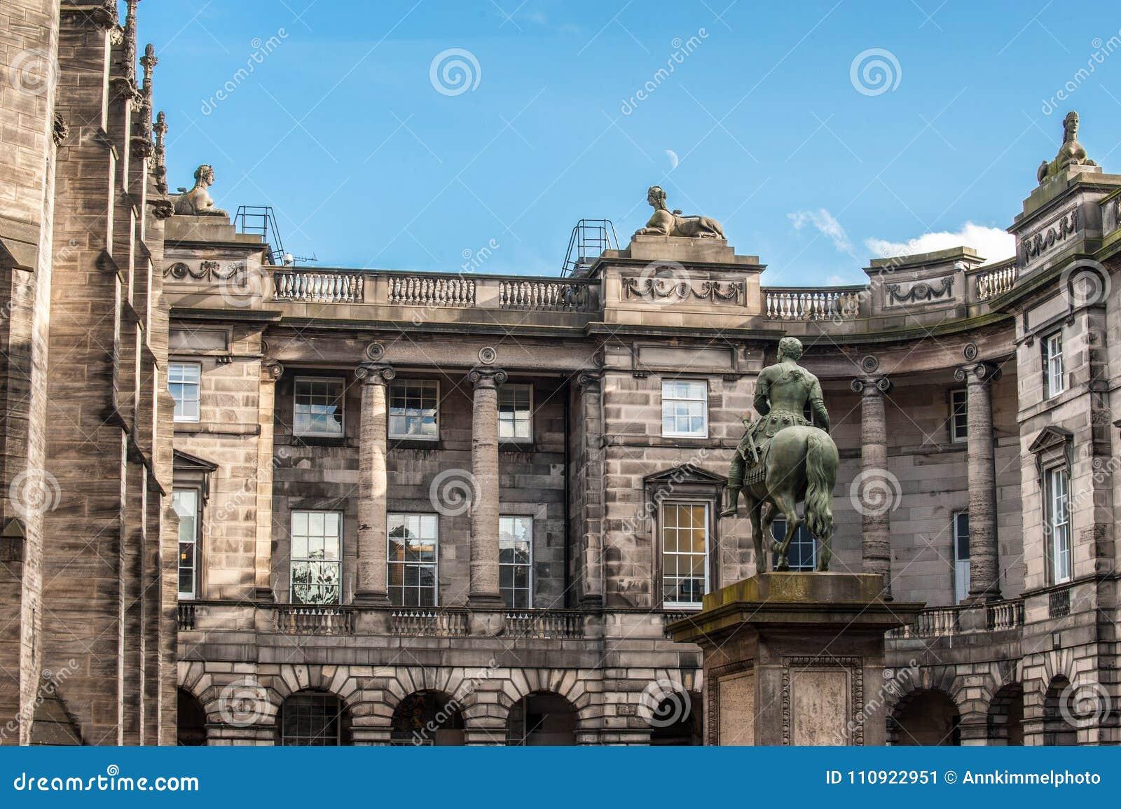 Een deel van het Parlement Vierkant met het ruiterstandbeeld van Charles