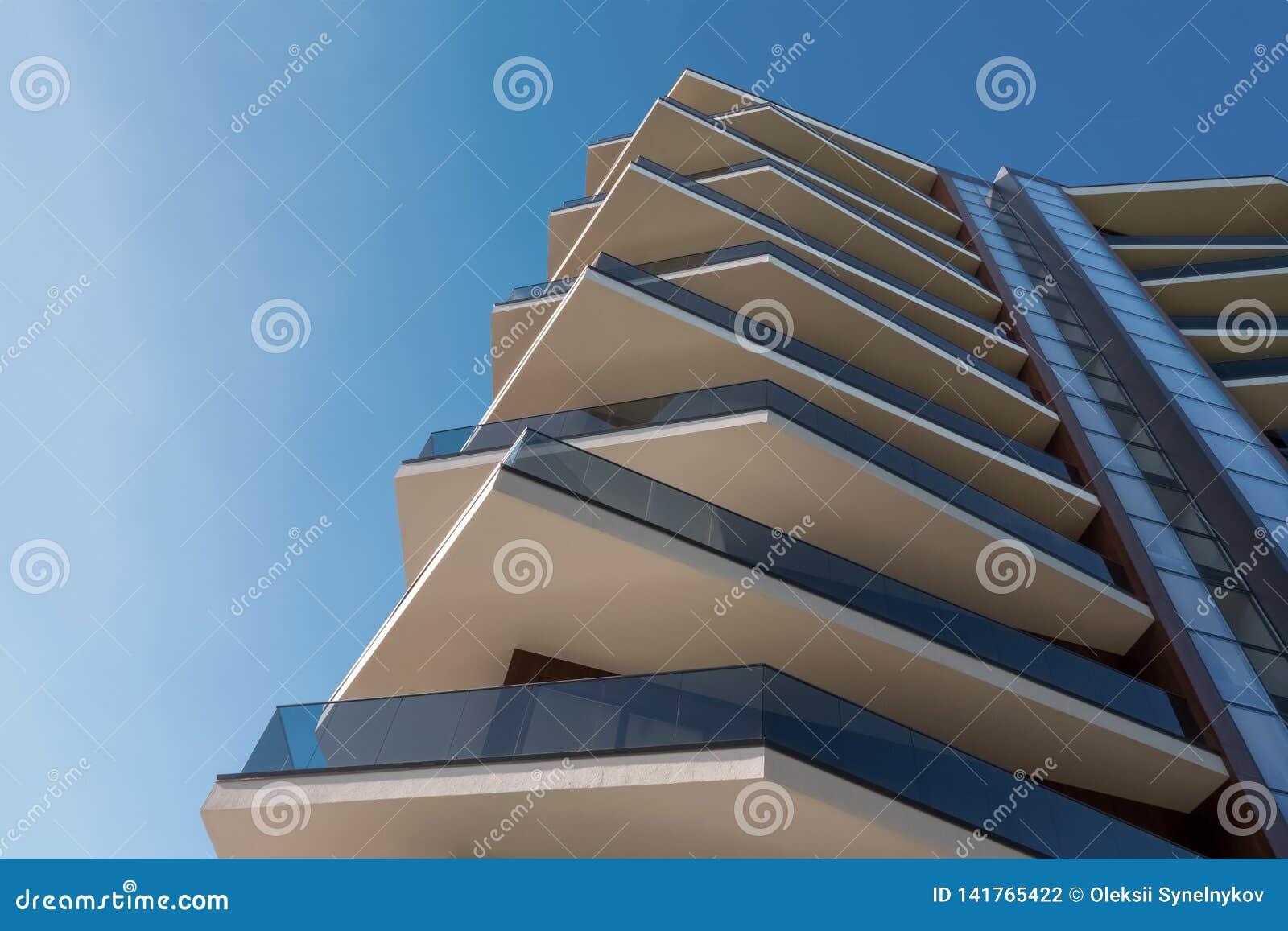 Een deel van moderne architectuurbouw Van het commerciële bouw centrum de Moderne bureau met voorgevel van gewapend beton en