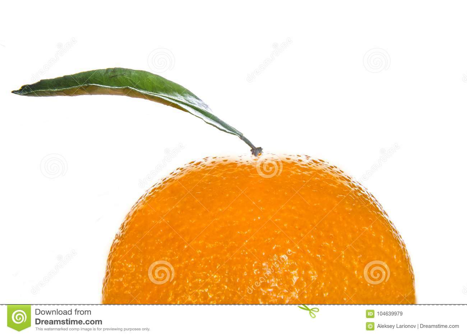 Download Een Deel Van Een Sinaasappel Met Een Blad Stock Afbeelding - Afbeelding bestaande uit mandarijn, blad: 104639979