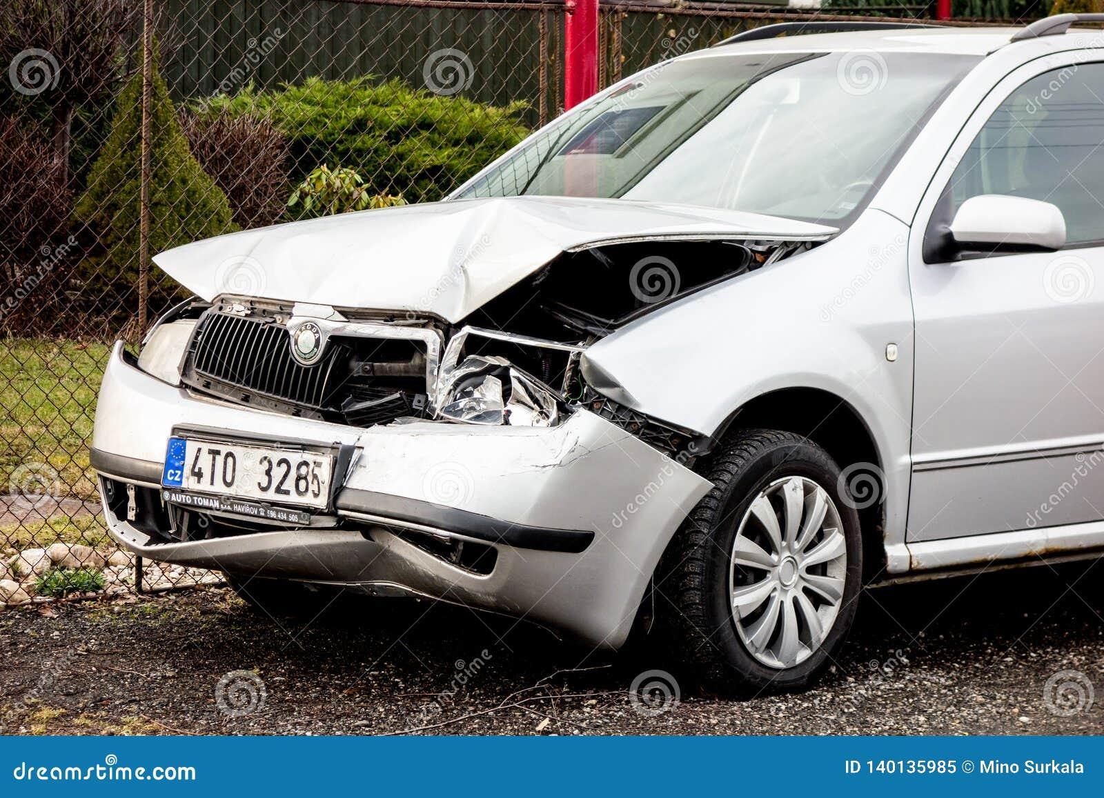 Een detail van een zilveren Tsjechische auto van Skoda Fabia verpletterde in een frontaal verkeersongeval
