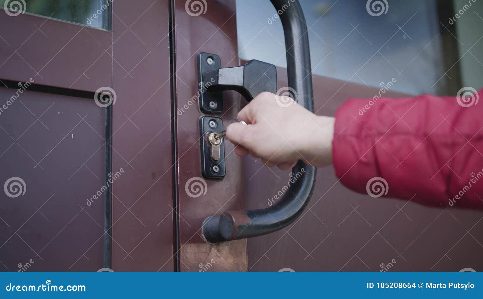 Een deur openen en mens die binnenkomen