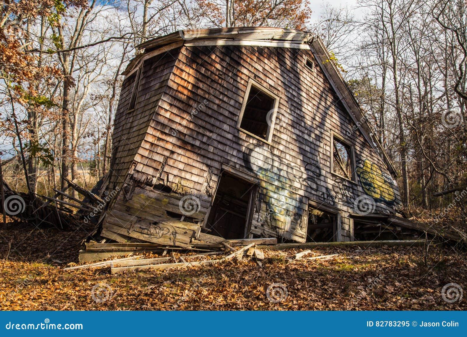 Landelijk Huis Nyc : Een dilapidated huis in het hout verzakt haven new york stock